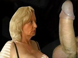 Granny gives great blowjob and gets cunt fucked